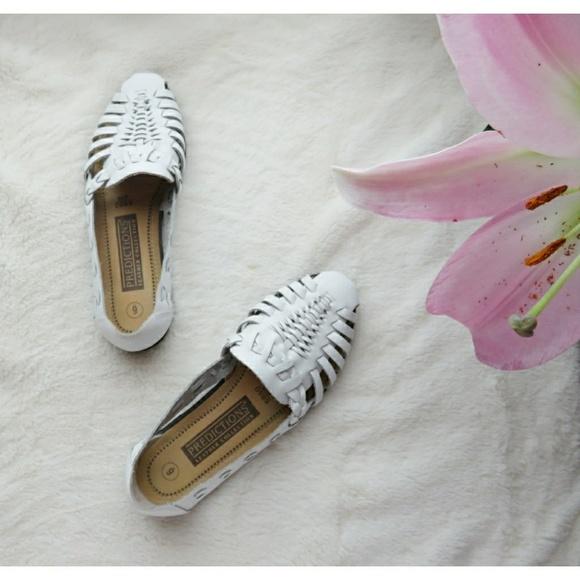 dbf655f6568a Vintage White Woven Leather Huarache Flats Sandals.  M 5aecb7ec05f430e6a82c382d
